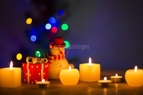 キャンドルとクリスマスグッズの写真素材 [FYI00041835]