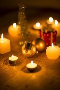 キャンドルとクリスマスグッズの写真素材 [FYI00041836]