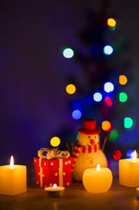 キャンドルとクリスマスグッズの写真素材 [FYI00041837]