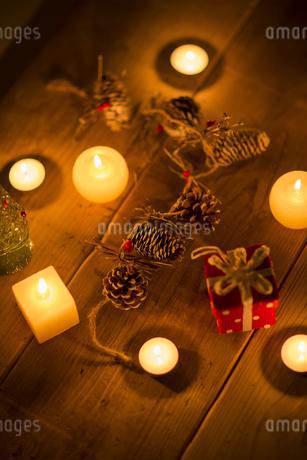 キャンドルとクリスマスグッズの写真素材 [FYI00041838]