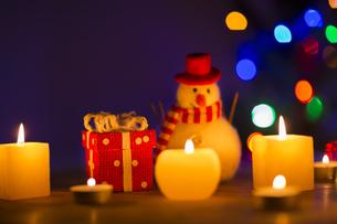 キャンドルとクリスマスグッズの写真素材 [FYI00041840]