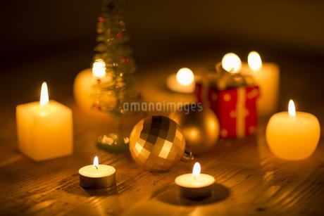 キャンドルとクリスマスグッズの写真素材 [FYI00041842]