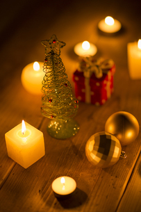 キャンドルとクリスマスグッズの写真素材 [FYI00041843]