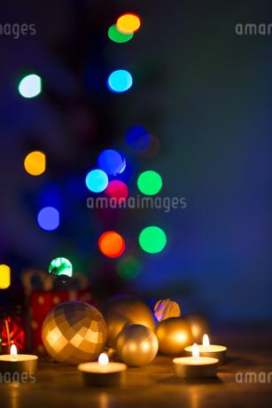キャンドルとクリスマスグッズの写真素材 [FYI00041845]