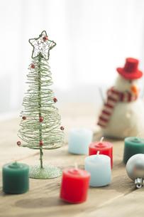 キャンドルとクリスマスグッズの写真素材 [FYI00041846]