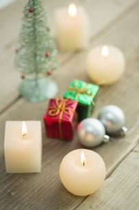 キャンドルとクリスマスグッズの写真素材 [FYI00041852]