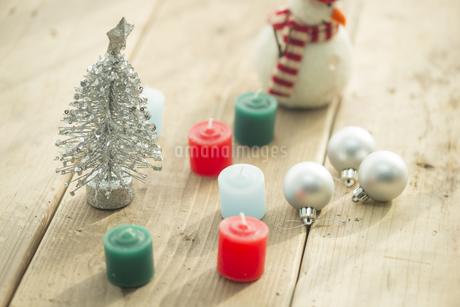キャンドルとクリスマスグッズの写真素材 [FYI00041855]