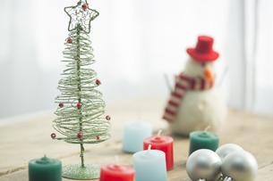 キャンドルとクリスマスツリーの写真素材 [FYI00041857]