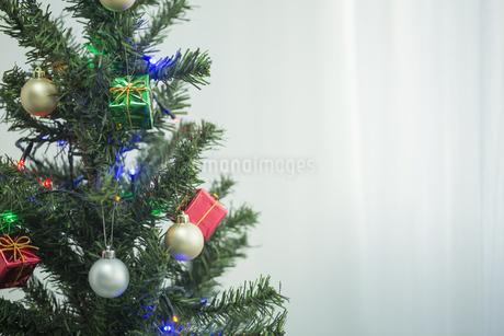 クリスマスツリーとオーナメントの写真素材 [FYI00041858]
