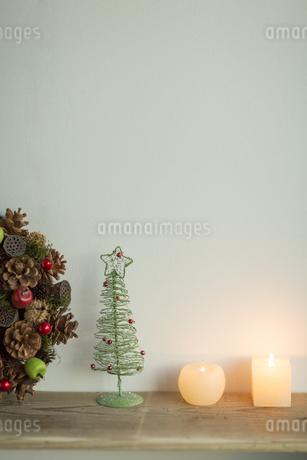 キャンドルとクリスマスグッズの写真素材 [FYI00041859]