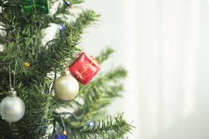 クリスマスツリーとオーナメントの写真素材 [FYI00041861]