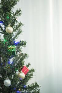 クリスマスツリーとオーナメントの写真素材 [FYI00041866]