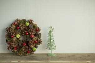 クリスマスツリーとクリスマスリースの写真素材 [FYI00041868]