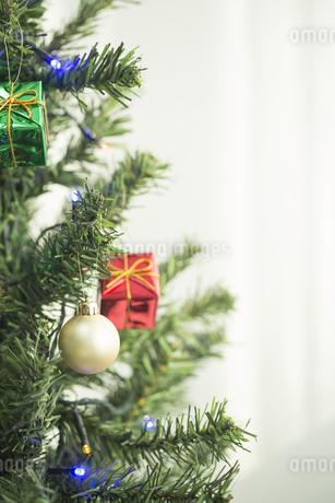 クリスマスツリーとオーナメントの写真素材 [FYI00041873]