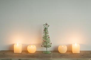 キャンドルとクリスマスツリーの写真素材 [FYI00041874]
