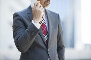 電話するビジネスマンの写真素材 [FYI00041875]