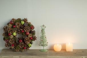 キャンドルとクリスマスグッズの写真素材 [FYI00041879]