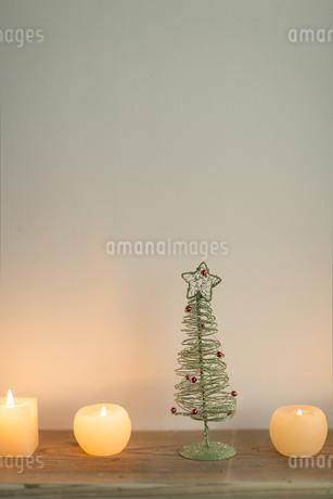 キャンドルとクリスマスツリーの写真素材 [FYI00041880]