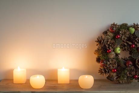 キャンドルとクリスマスグッズの写真素材 [FYI00041881]
