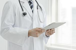 タブレットPCを見ている医師の写真素材 [FYI00041890]