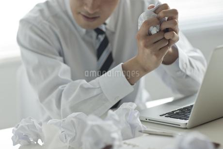 悩んでいるビジネスマンの写真素材 [FYI00041895]