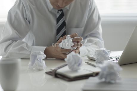 悩んでいるビジネスマンの写真素材 [FYI00041917]