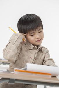 勉強をする少年の写真素材 [FYI00041925]