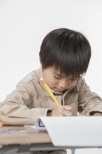 勉強をする少年の写真素材 [FYI00041937]