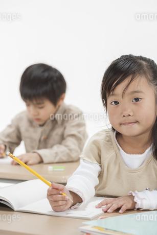 勉強をする子供たちの写真素材 [FYI00041938]