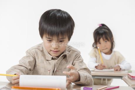 勉強をする子供たちの写真素材 [FYI00041941]
