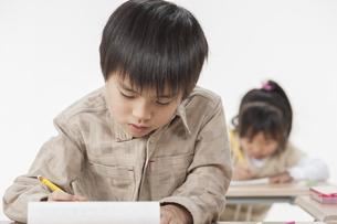 勉強をする子供たちの写真素材 [FYI00041943]