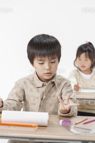 勉強をする子供たちの写真素材 [FYI00041944]