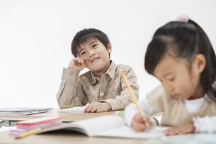 勉強をする子供たちの写真素材 [FYI00041954]