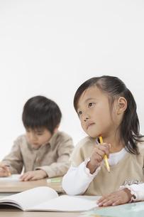 勉強をする子供たちの写真素材 [FYI00041955]