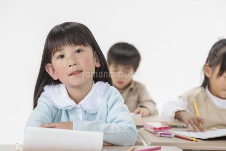 勉強をする子供たちの写真素材 [FYI00041965]