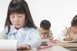 勉強をする子供たちの写真素材 [FYI00041968]
