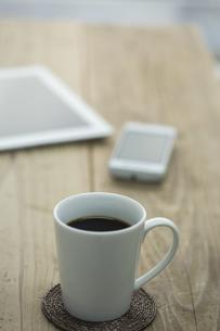 コーヒーとスマートフォンとタブレットPCの写真素材 [FYI00041970]