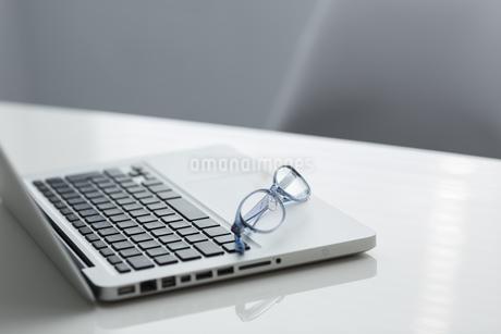 オフィスデスクの写真素材 [FYI00042010]