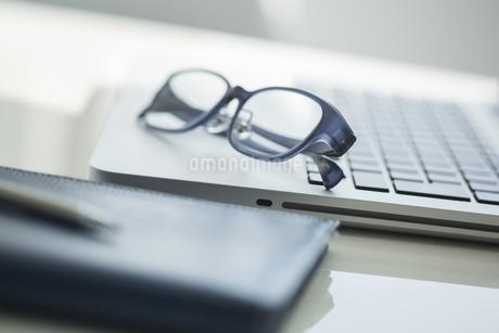 オフィスデスクの写真素材 [FYI00042021]