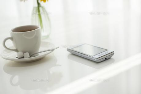 コーヒーとスマートフォンの写真素材 [FYI00042087]