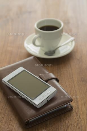 スマートフォンと手帳とコーヒーの写真素材 [FYI00042107]