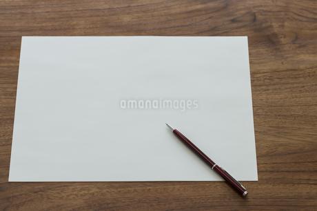 画用紙とペンの写真素材 [FYI00042123]
