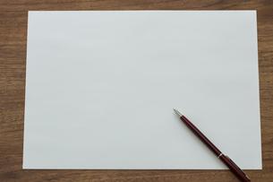 画用紙とペンの写真素材 [FYI00042126]
