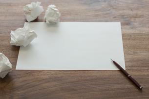 画用紙とペンの写真素材 [FYI00042127]