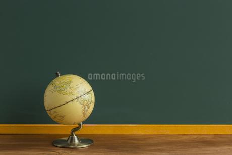黒板と地球儀の写真素材 [FYI00042134]