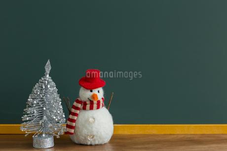 黒板とクリスマスグッズの写真素材 [FYI00042138]