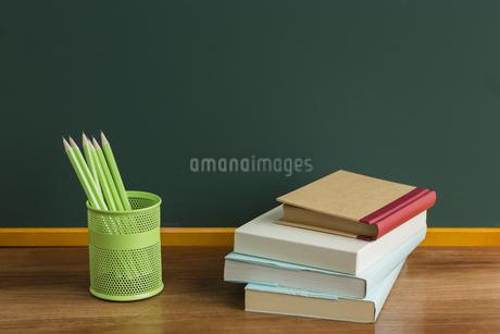 黒板と文房具の写真素材 [FYI00042139]