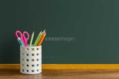 黒板と文房具の写真素材 [FYI00042140]