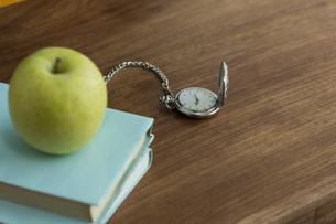 リンゴと本の写真素材 [FYI00042144]