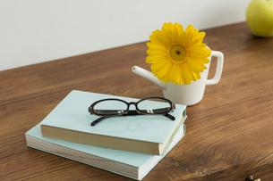 ガーベラの花と本の写真素材 [FYI00042146]